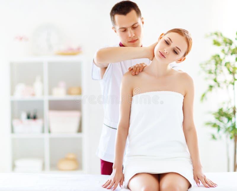 Het mooie meisje geniet massage en kuuroord van behandelingen royalty-vrije stock foto's