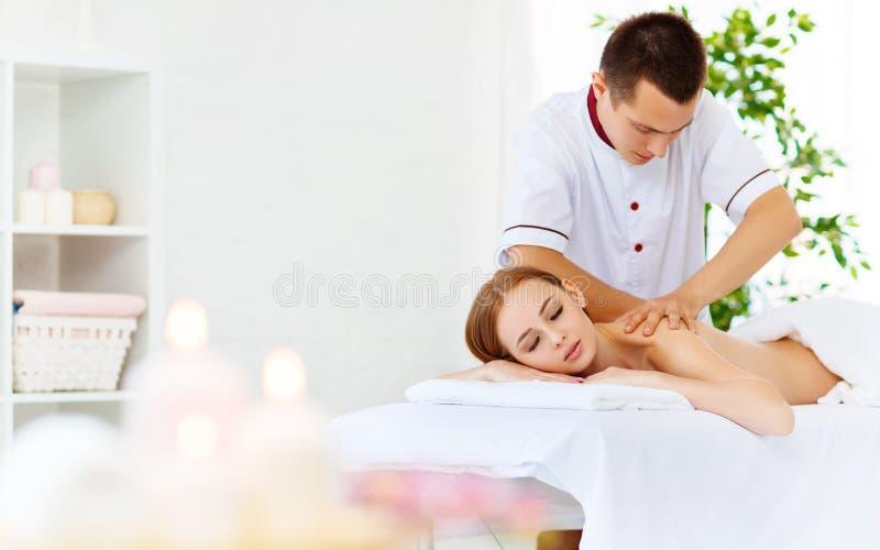Het mooie meisje geniet massage en kuuroord van behandelingen stock fotografie