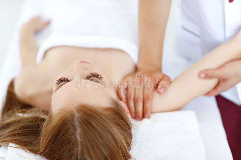 Het mooie meisje geniet massage en kuuroord van behandelingen royalty-vrije stock afbeeldingen