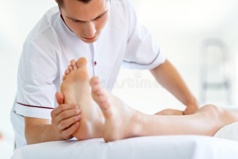 Het mooie meisje geniet massage en kuuroord van behandelingen stock foto's