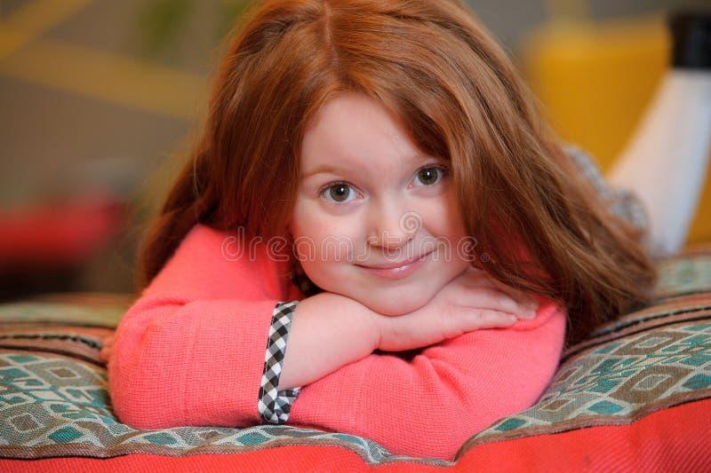 Het mooie meisje glimlachen Portra van het roodharige tiener leuke kind stock foto's