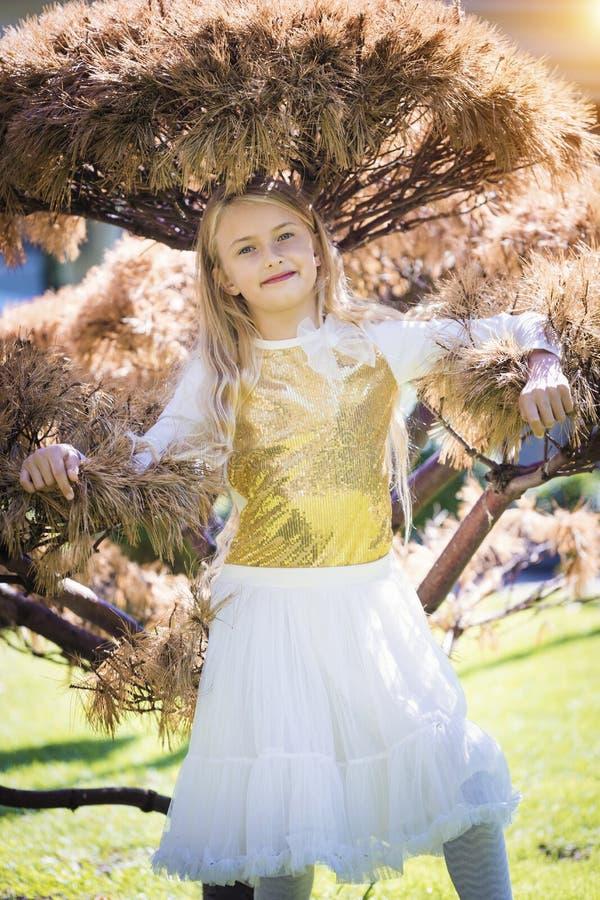 Het mooie meisje heeft dag van de pretint. de zonnige zomer Gelukkig kinderjarenconcept Portret van blondemeisje het glimlachen e stock foto's