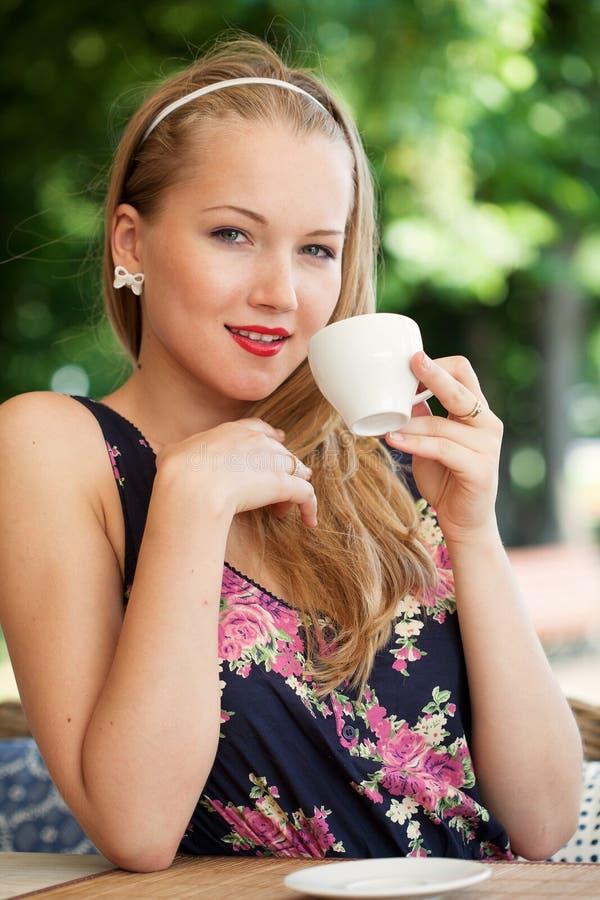 Het mooie meisje heeft een rust in straatkoffie royalty-vrije stock foto