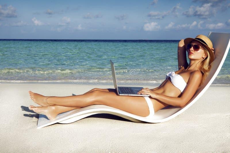 Het mooie meisje heeft een seizoengebonden de wintervakantie op het strand in exotisch land stock afbeelding