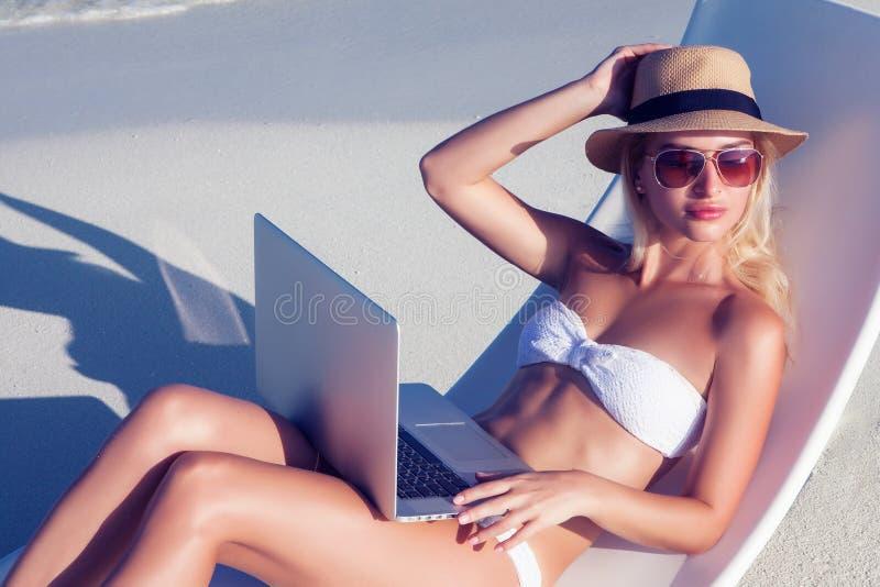 Het mooie meisje heeft een seizoengebonden de wintervakantie op het strand in exotisch land royalty-vrije stock afbeelding