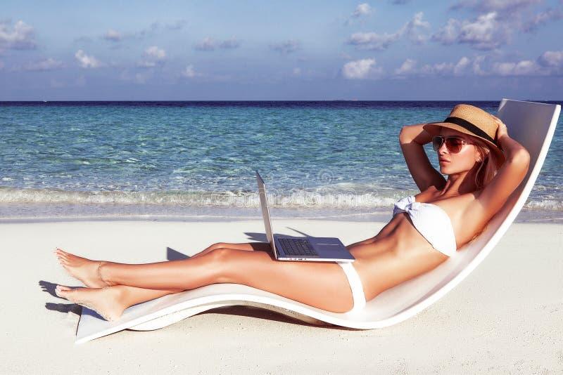 Het mooie meisje heeft een seizoengebonden de wintervakantie op het strand in exotisch land royalty-vrije stock afbeeldingen