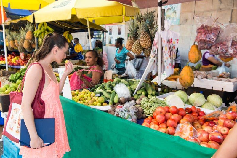 Het mooie meisje koopt groenten royalty-vrije stock foto