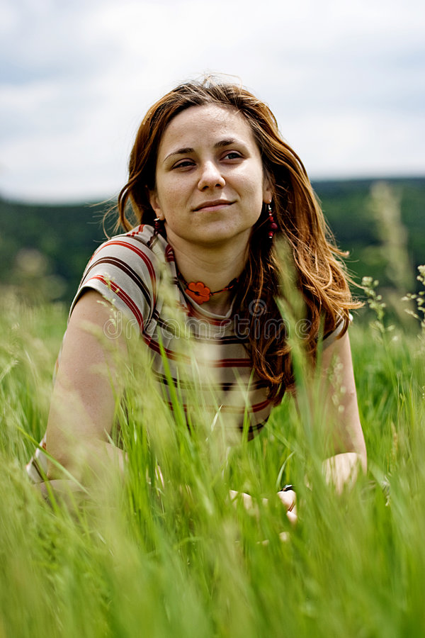 Het mooie meisje liggen van gras stock afbeeldingen