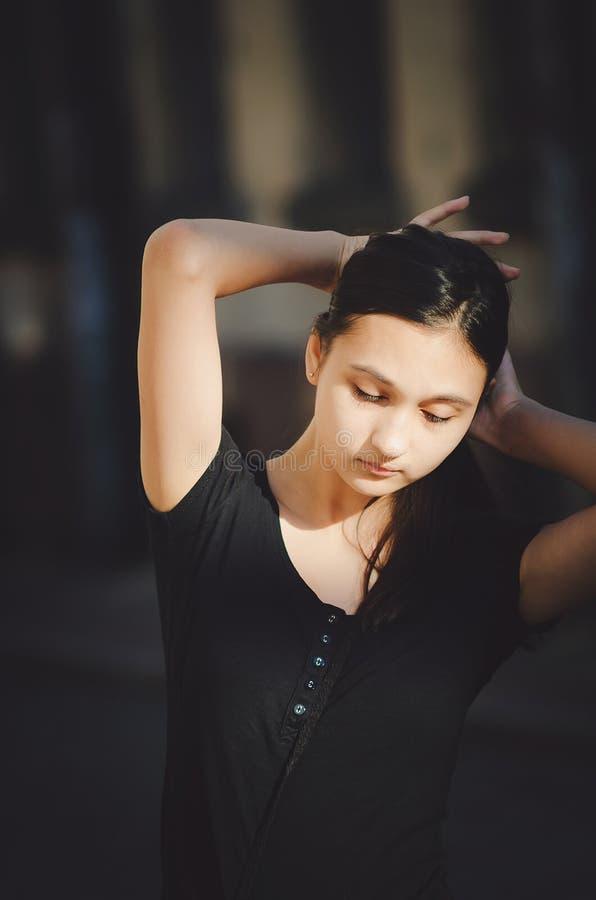 Het mooie meisje maakt haar, close-upportret recht stock afbeeldingen