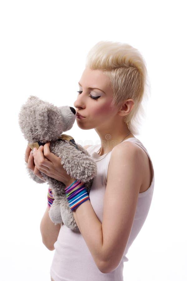 Het mooie meisje met blonde haar en het stuk speelgoed dragen royalty-vrije stock foto's