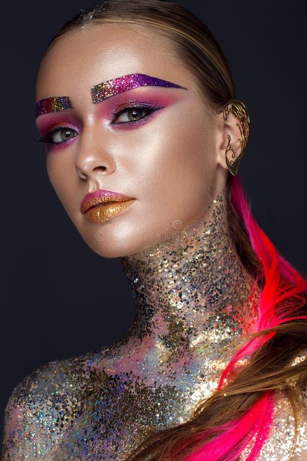 Het mooie meisje met creatief schittert make-up, fonkelingen, ongebruikelijke wenkbrauwen De schoonheid is een kunstgezicht stock foto's