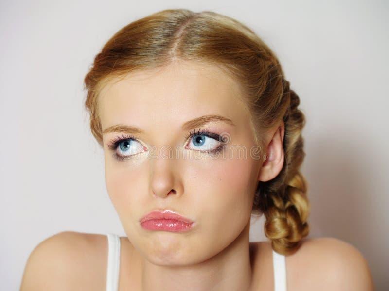 Het mooie meisje met de grote droevige ogen is verstoord royalty-vrije stock foto