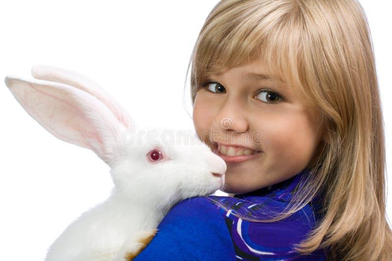 Het mooie meisje met een wit konijn stock foto's