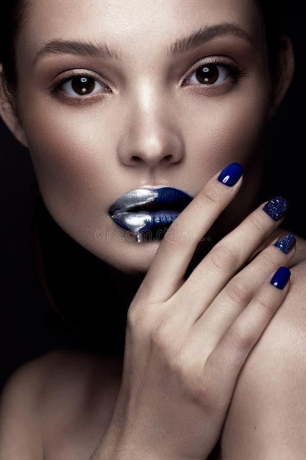 Het mooie meisje met kunstsamenstelling, dark schittert lippenontwerp en manicured spijkers Het Gezicht van de schoonheid stock afbeeldingen
