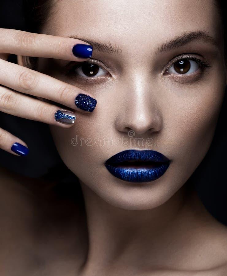 Het mooie meisje met kunstsamenstelling, dark schittert lippenontwerp en manicured spijkers Het Gezicht van de schoonheid royalty-vrije stock fotografie