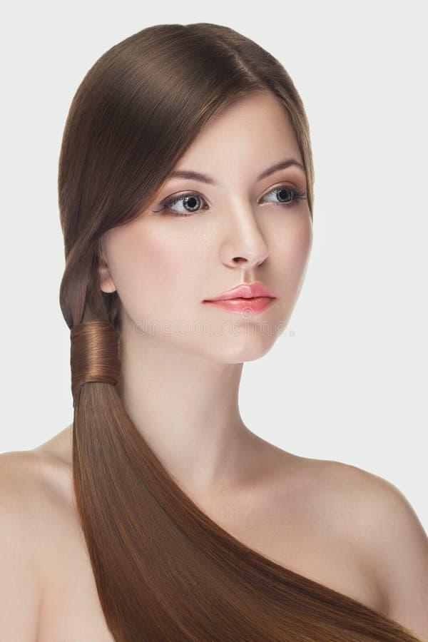 Het mooie meisje met natuurlijk maakt omhoog op witte achtergrond royalty-vrije stock foto's