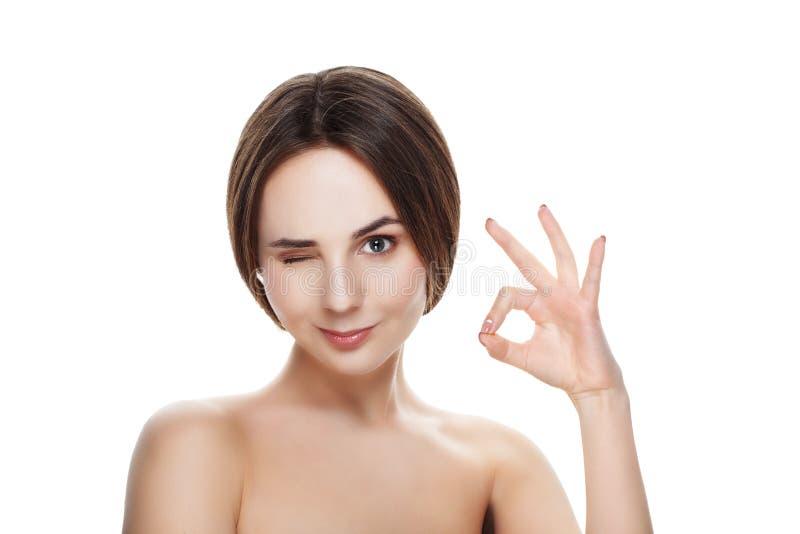 Het mooie meisje met natuurlijke make-up toont gebaar OKEY Beautiful spa royalty-vrije stock fotografie