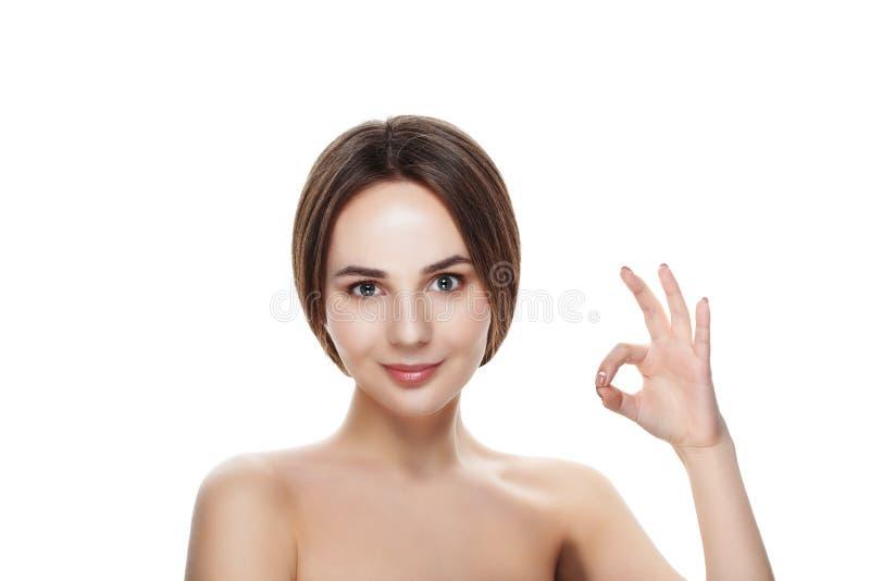 Het mooie meisje met natuurlijke make-up toont gebaar OKEY Beautiful spa royalty-vrije stock foto