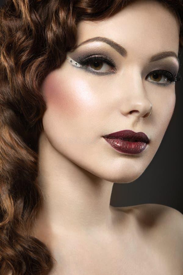 Het mooie meisje met perfecte huid en de avond maken royalty-vrije stock foto's