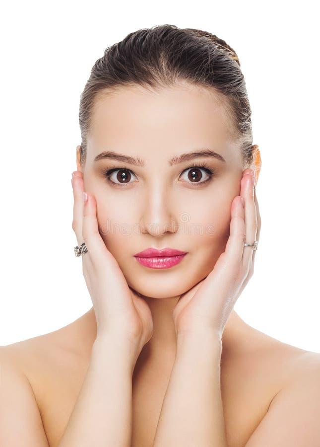 Het mooie meisje met schone huid natuurlijke zachte het verfrissen zich make-up op een witte achtergrond isoleert handen op gezic royalty-vrije stock foto's