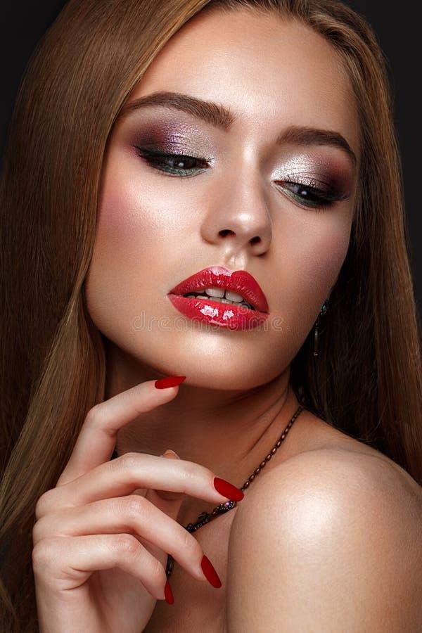Het mooie meisje met schrijver uit de klassieke oudheid maakt omhooggaande en rode lippen Het Gezicht van de schoonheid royalty-vrije stock foto
