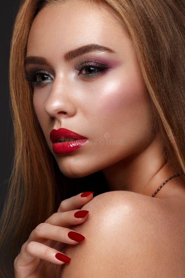 Het mooie meisje met schrijver uit de klassieke oudheid maakt omhooggaande en rode lippen Het Gezicht van de schoonheid royalty-vrije stock afbeelding