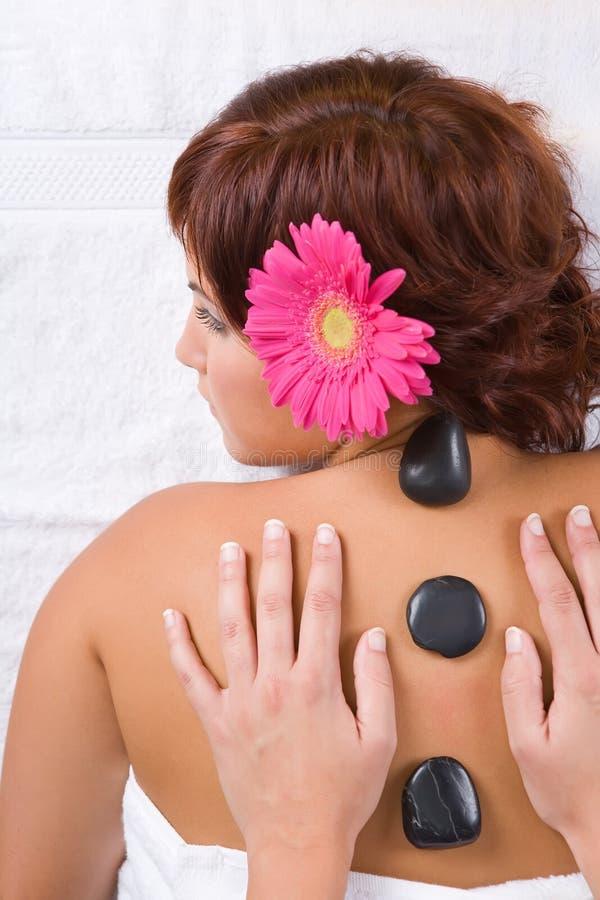 Het mooie meisje ontspannen op massage royalty-vrije stock afbeeldingen