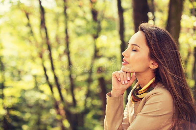 Het mooie meisje ontspant en rust in de herfstpark stock foto's