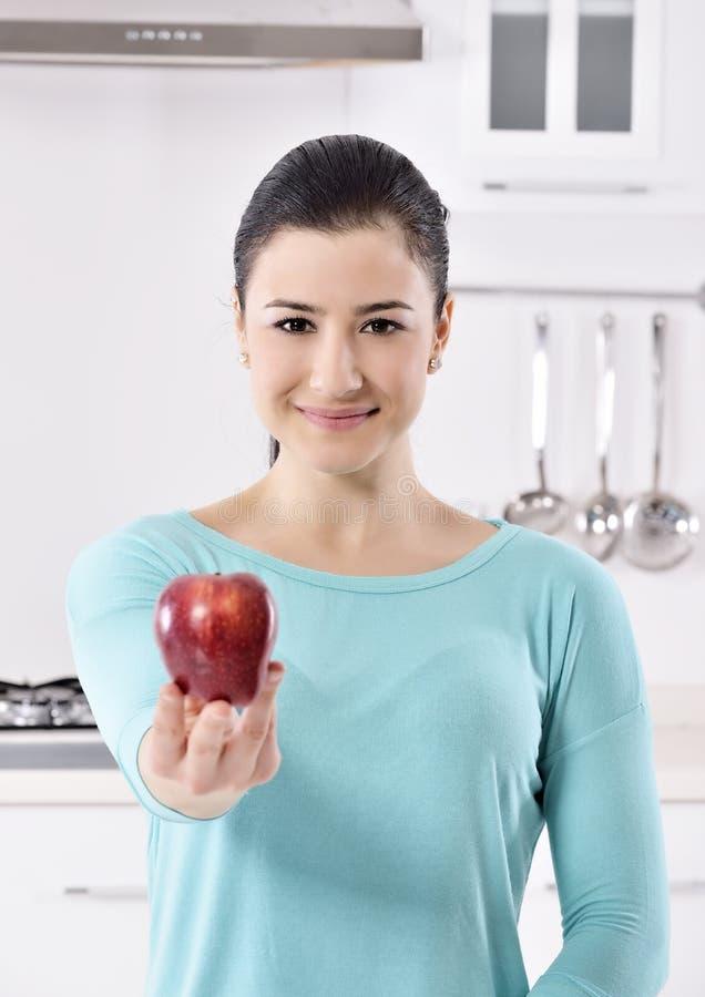 Het mooie meisje overhandigt appel royalty-vrije stock foto's