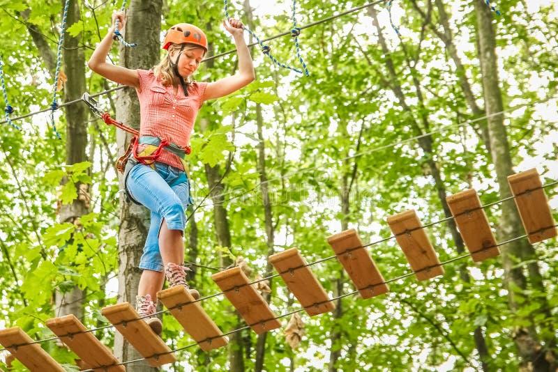 Het mooie meisje in het park op de kabels bereikt in openlucht royalty-vrije stock foto