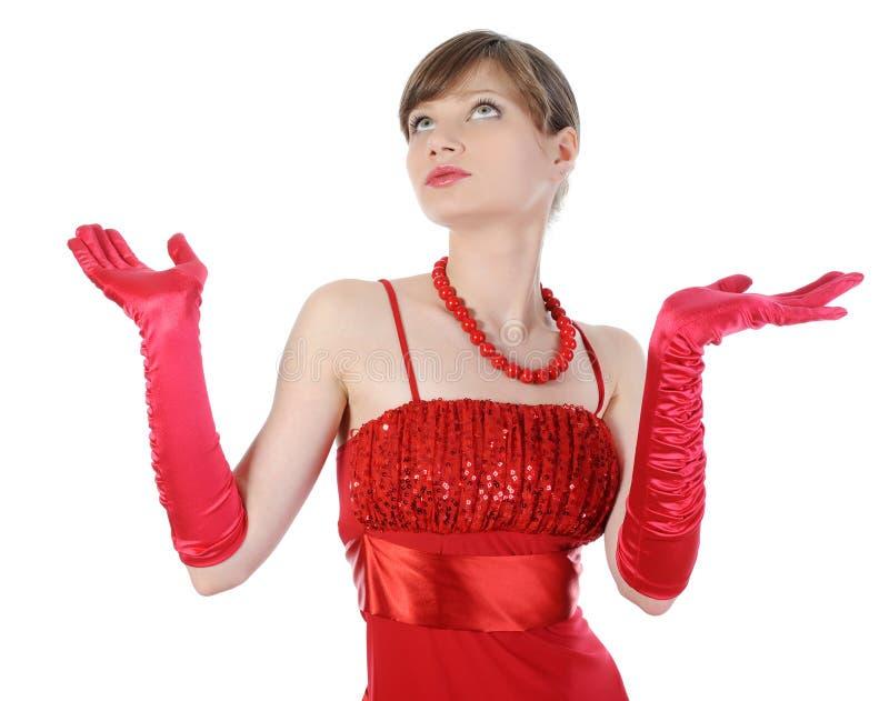 Het mooie meisje in rode handschoenen hief hun handen op. stock foto