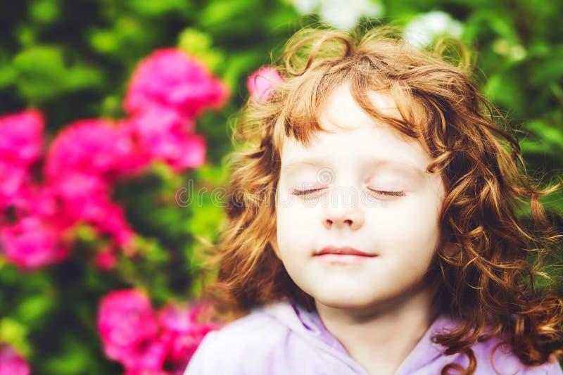 Het mooie meisje sloot haar ogen en ademt de verse lucht royalty-vrije stock foto's
