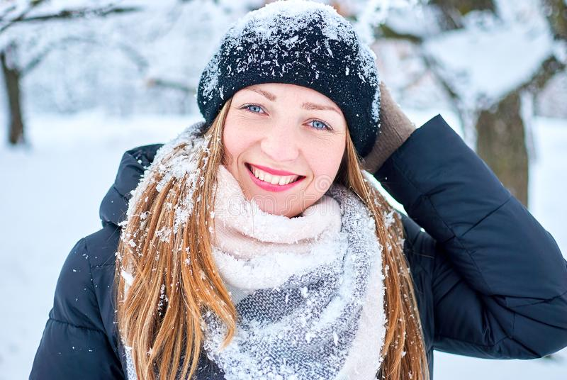 Het mooie meisje spelen met sneeuw in park stock afbeeldingen