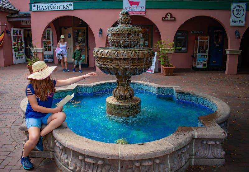 Het mooie meisje spelen met waterfontein in de Historische Kust van Florida royalty-vrije stock foto's