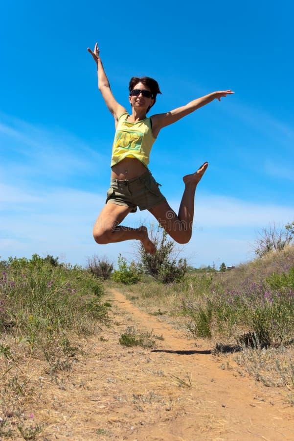 Het mooie meisje springen royalty-vrije stock afbeeldingen
