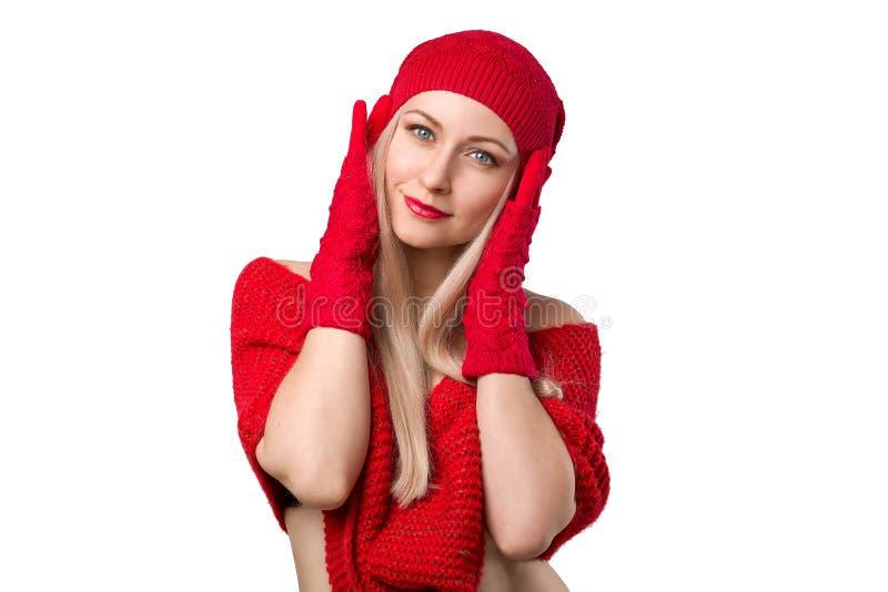 Het mooie meisje stellen in gebreide rode sweater en hoed royalty-vrije stock foto's