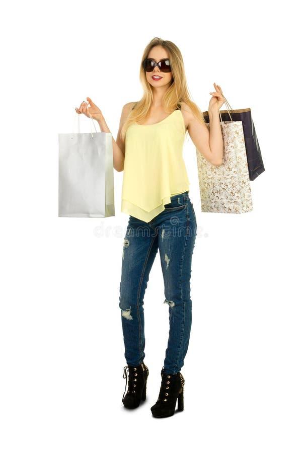 Het mooie meisje stellen met het winkelen zakken royalty-vrije stock fotografie