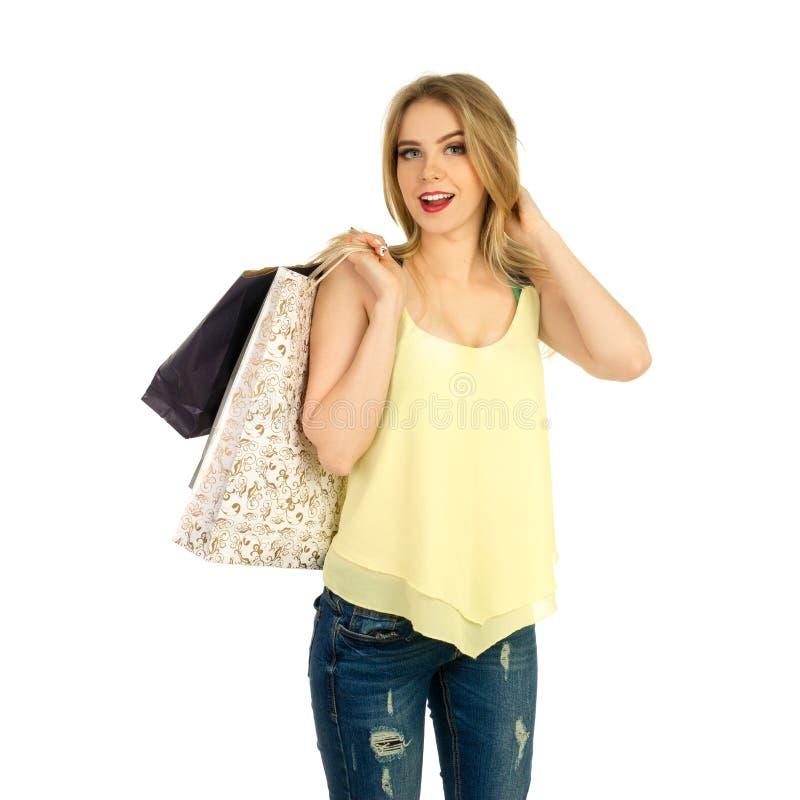 Het mooie meisje stellen met het winkelen zakken royalty-vrije stock afbeelding