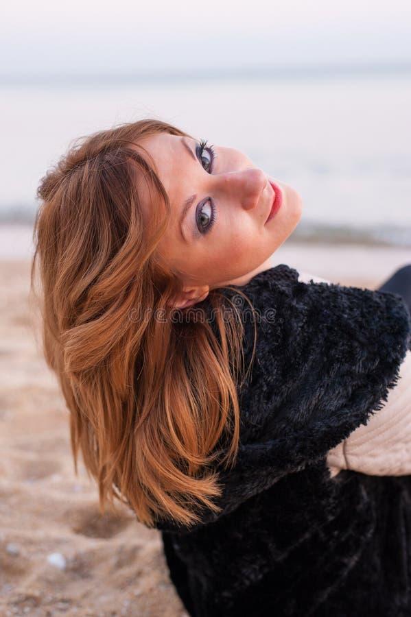 Het mooie Meisje Stellen op het Strand royalty-vrije stock fotografie