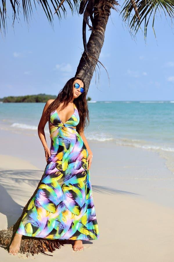 Het mooie meisje stellen op het strand in hete zon, openluchtportret royalty-vrije stock afbeelding