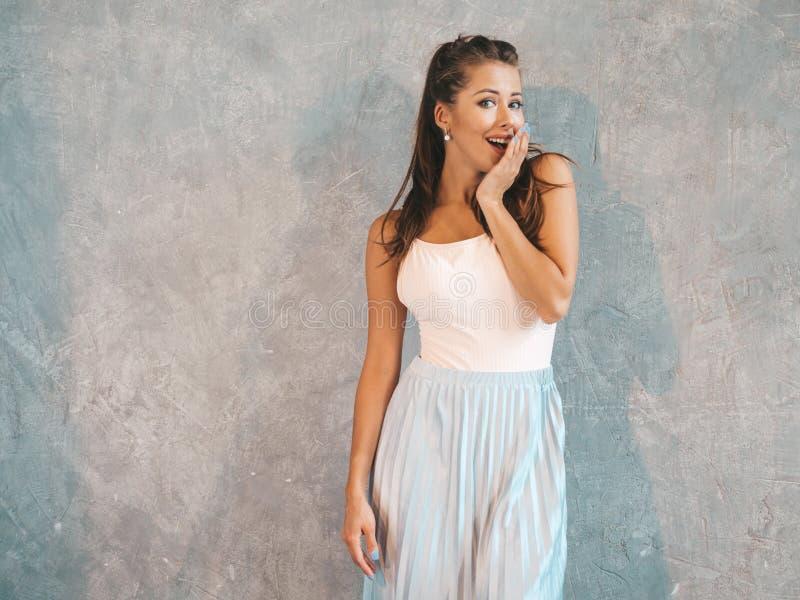 Het mooie in meisje stellen in studio royalty-vrije stock afbeeldingen