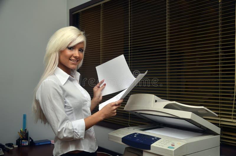 Het mooie meisje tast documenten af stock afbeeldingen