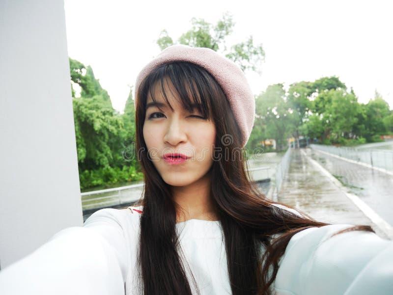 Het mooie meisje van Azië neemt dichte omhooggaand van het selfieportret stock foto