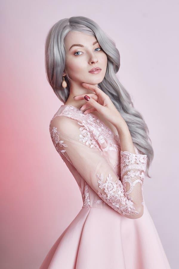 Het mooie meisje van de animepop in roze kleding op roze achtergrond Gi stock fotografie