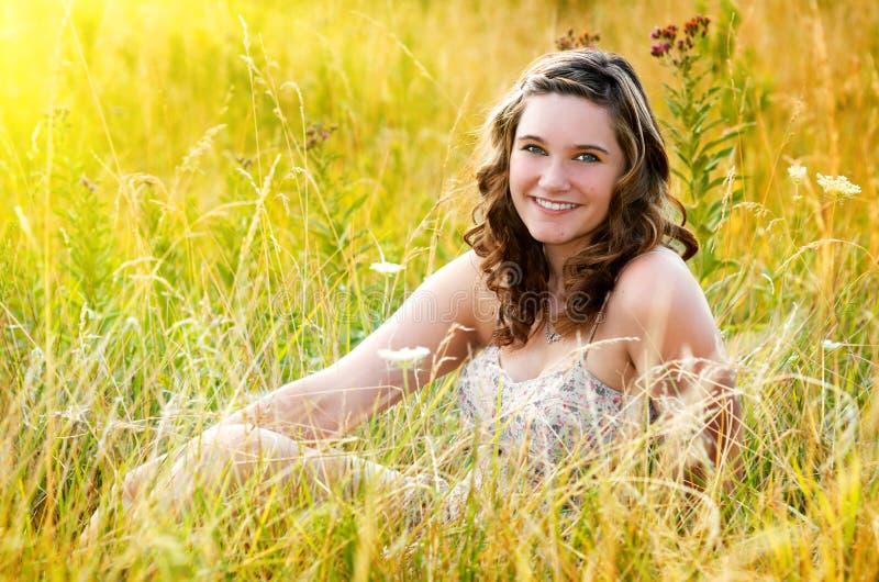 Het mooie Meisje van de Tiener op Gebied royalty-vrije stock afbeeldingen