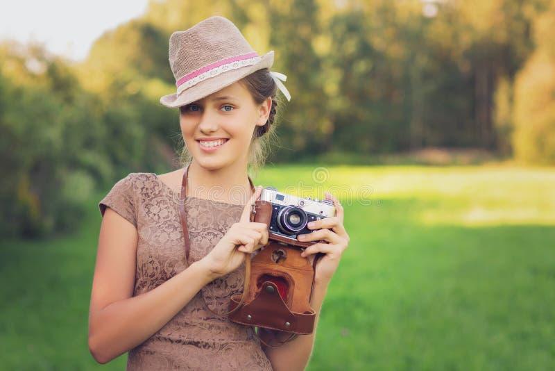 Het mooie meisje van de tienerleeftijd met retro camera royalty-vrije stock foto's