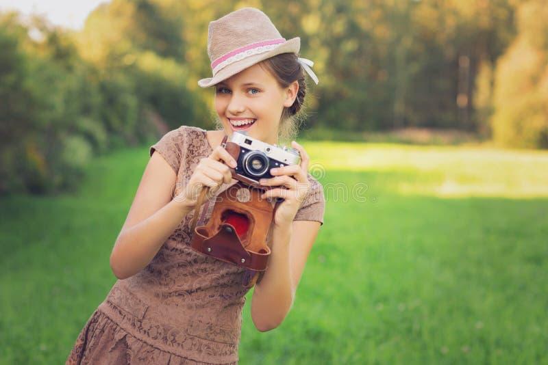 Het mooie meisje van de tienerleeftijd met retro camera royalty-vrije stock fotografie