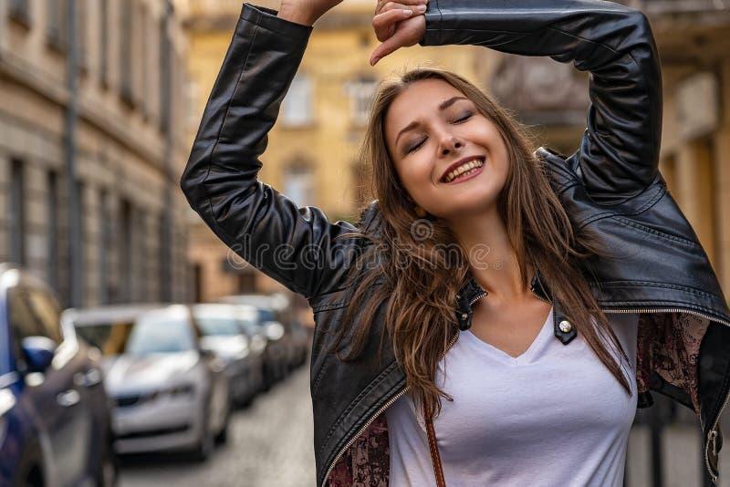 Het mooie meisje verheugt zich op de straat van oude stad De fotospruit van de manierlevensstijl met jong vrouwelijk model stock afbeelding
