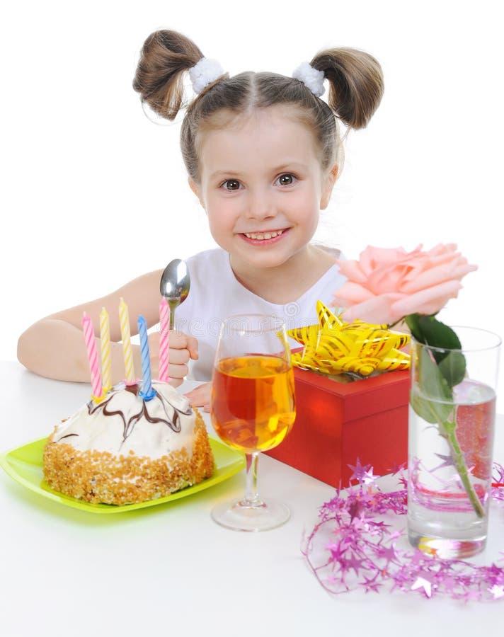 Het mooie meisje viert verjaardag royalty-vrije stock afbeeldingen