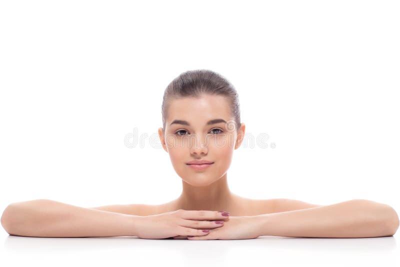 Het mooie meisje, vrouw na kosmetische procedures, facelift, gezichtsmassage, bezoekt een schoonheidsspecialist, massage stock foto
